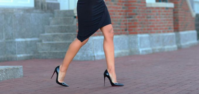 como andar de salto alto mulher de saia preta usando sapato de salto alto agulha