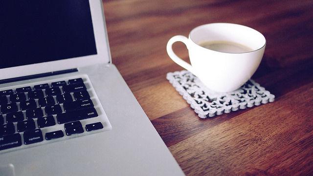 computador e café na mesa de trabalho