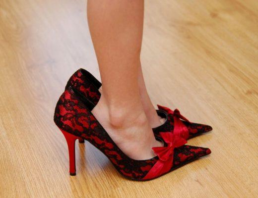 mulher de pés pequenos com sapato maior que o número dela