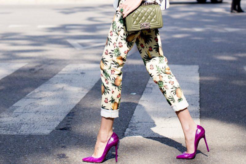 salto stiletto ou agulha pink com calça estampada