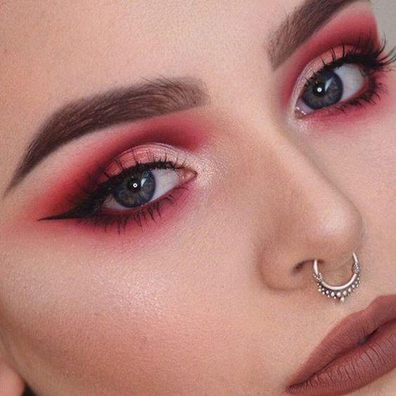 sombra vermelha com esfumado preto e delineador