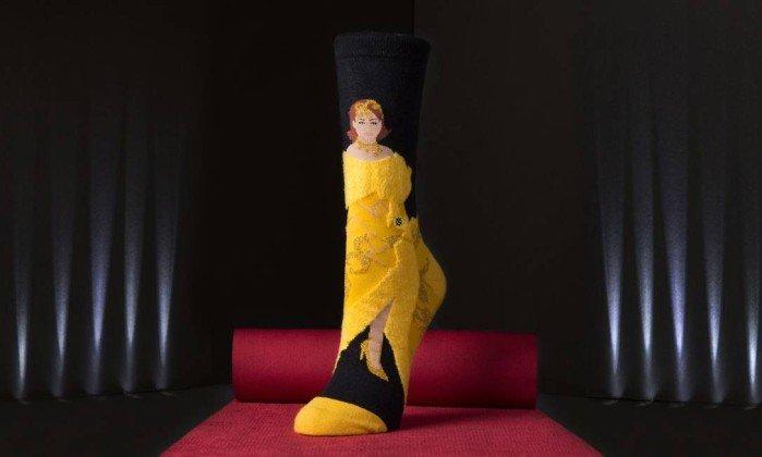 Rihanna lança meia com estampa dos seus looks
