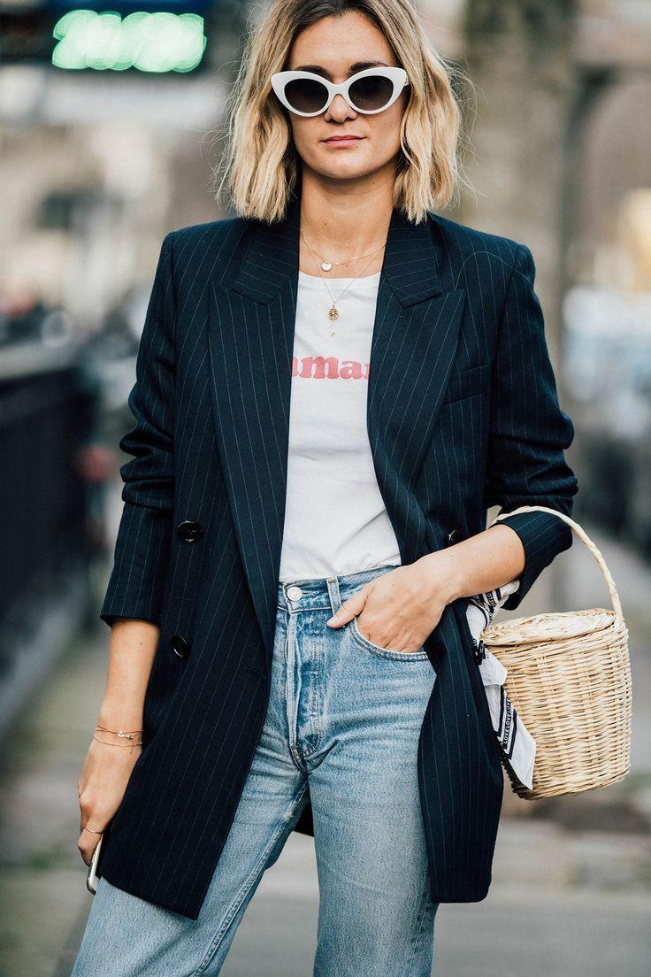 bolsa de palha, blazer alongado, calça jeans e camsita básica
