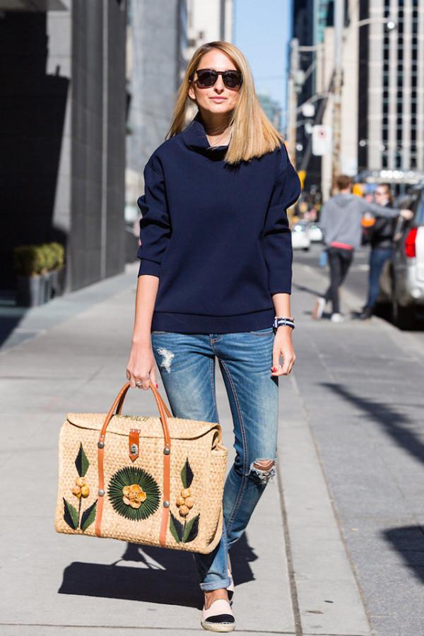 bolsa de palha bordada com calça jeans