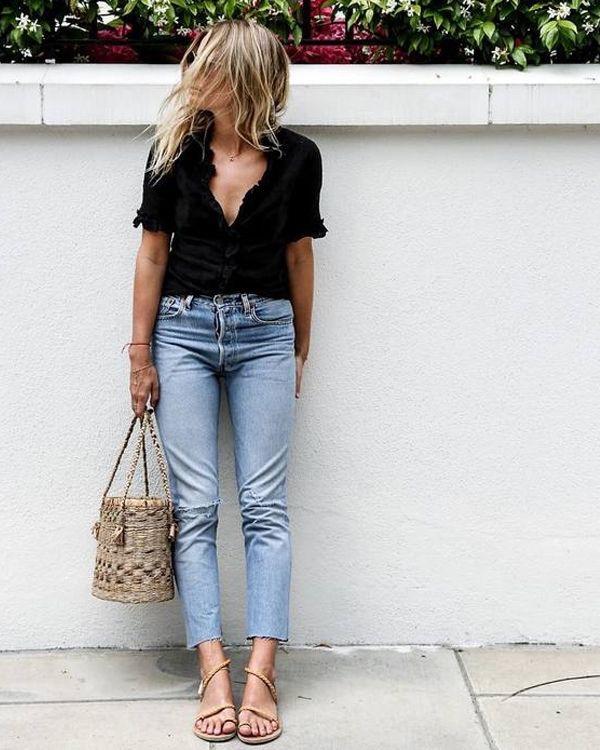 bolsa de palha, calça jeans e blusa preta
