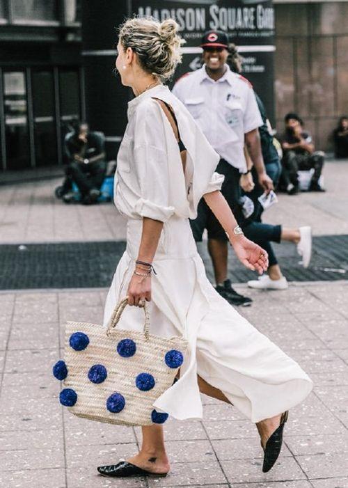 bolsa de palha com pompom e macacão branco