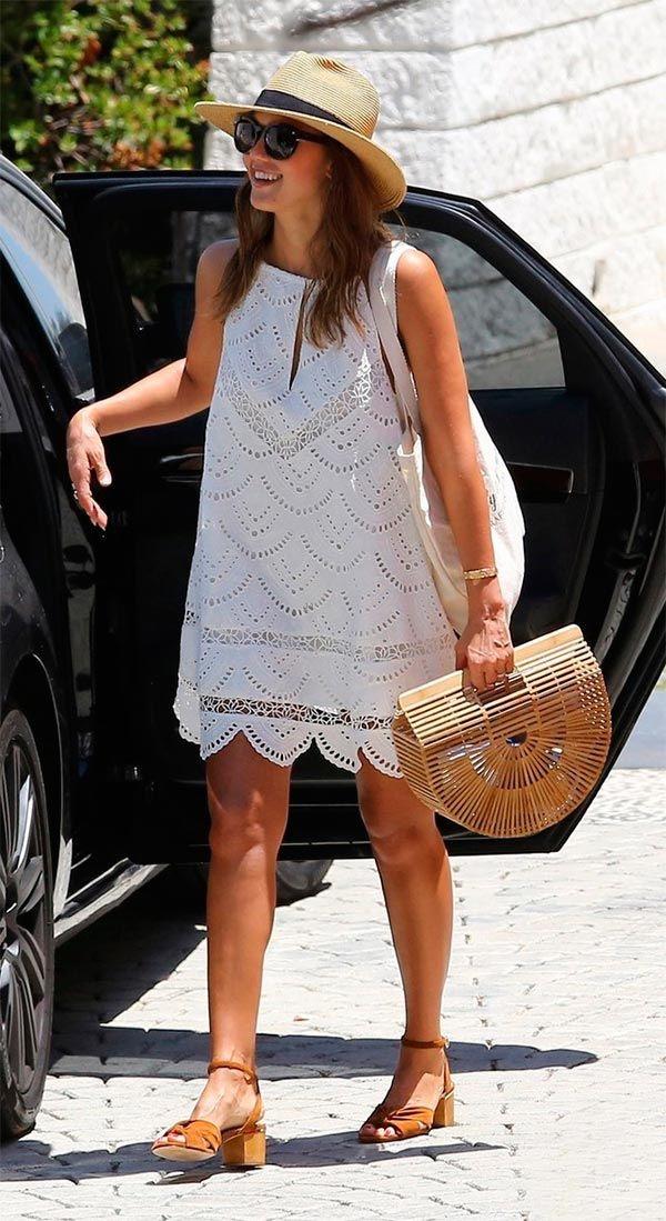 bolsa de palha e vestido branco rendado