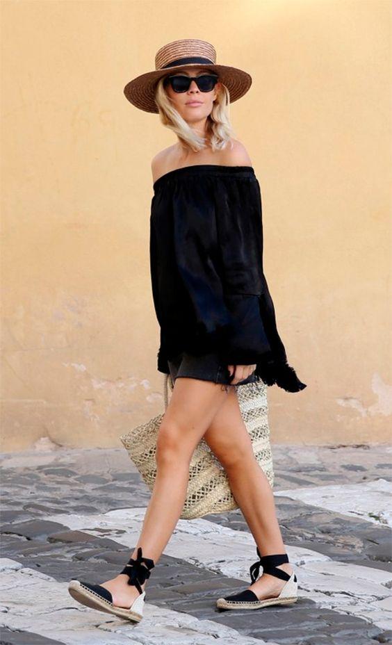 bolsa de palha e vestido preto