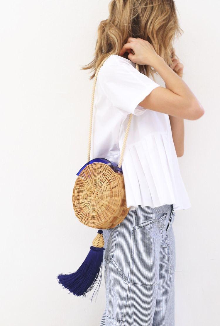 bolsa de palha redonda com calça listrada e blusa branca