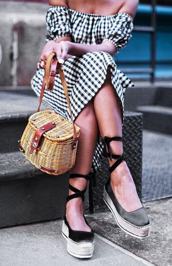 bolsa de palha, saia xadrez vichy e sapatilha