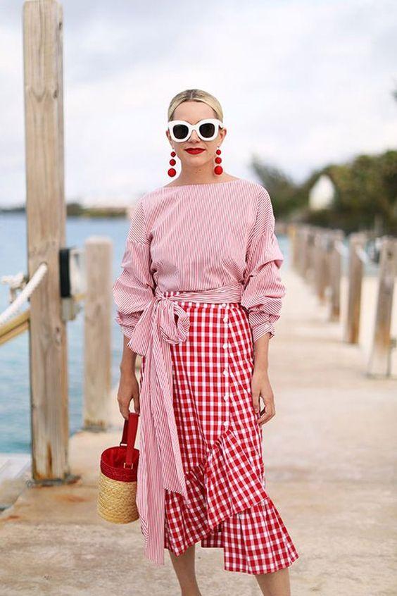 bolsa de palha, saia xadrez vichy vermelha e blusa listrada branco com vermelho