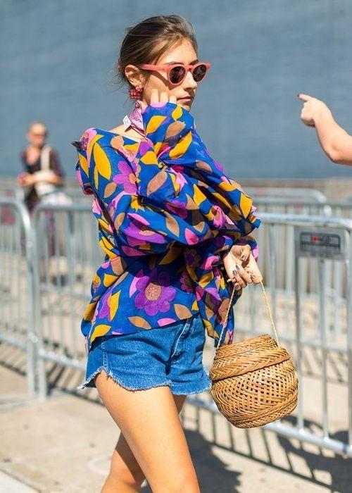 bolsa de palha tipo cesta de vime com shorts jeans e blusa floral