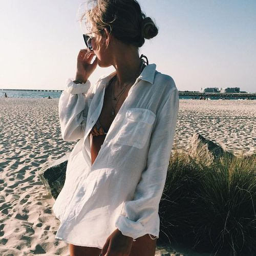 camisa branca larga como saida de praia