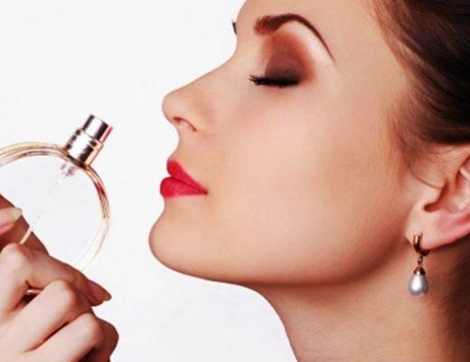 mulher cheirando perfume