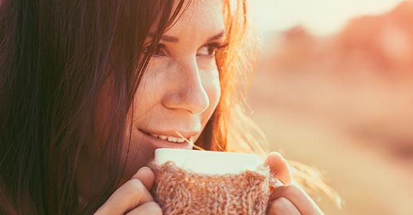 mulher segurando xícara no inverno