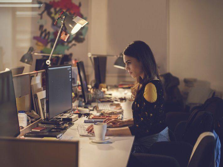 mulher trabalhando com café na mesa