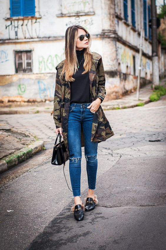 parka camuflado com calça jeans e regata preta