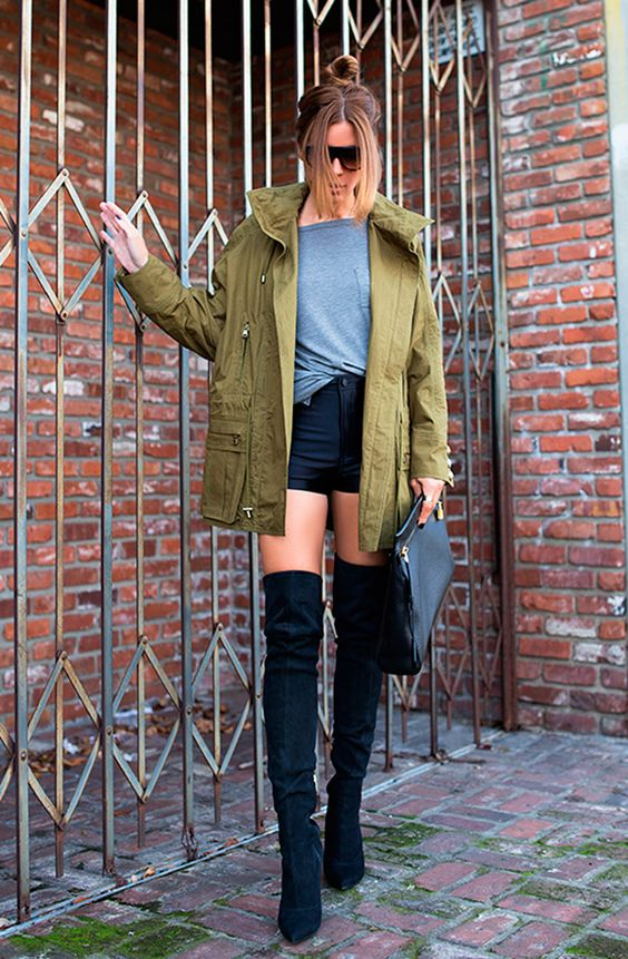 parka com shorts preto, bota over knee e camiseta cinza