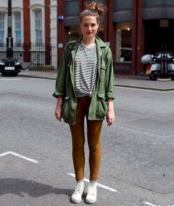parka verde com legging marrom e camiseta de listras