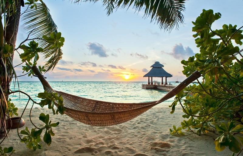rede na praia com por do sol