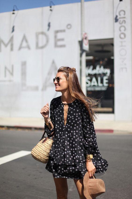 vestido preto com estampa branca e bolsa de palha