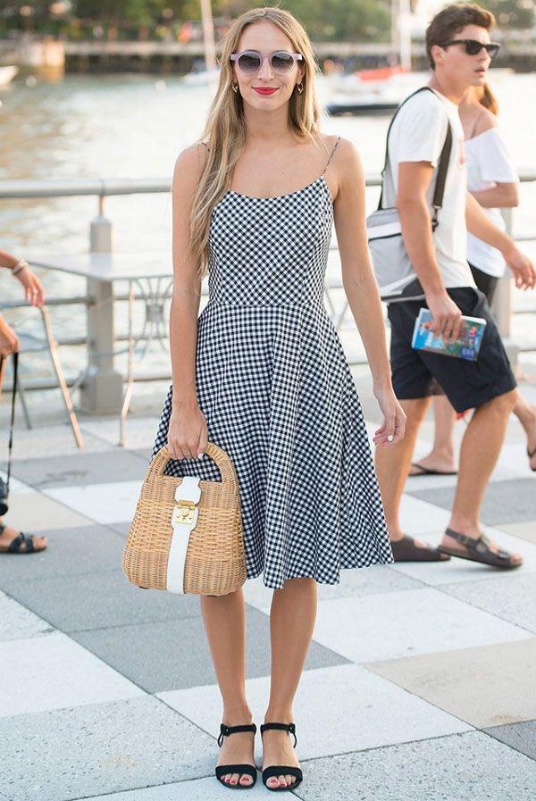 vestido xadrez vichy e bolsa de palha