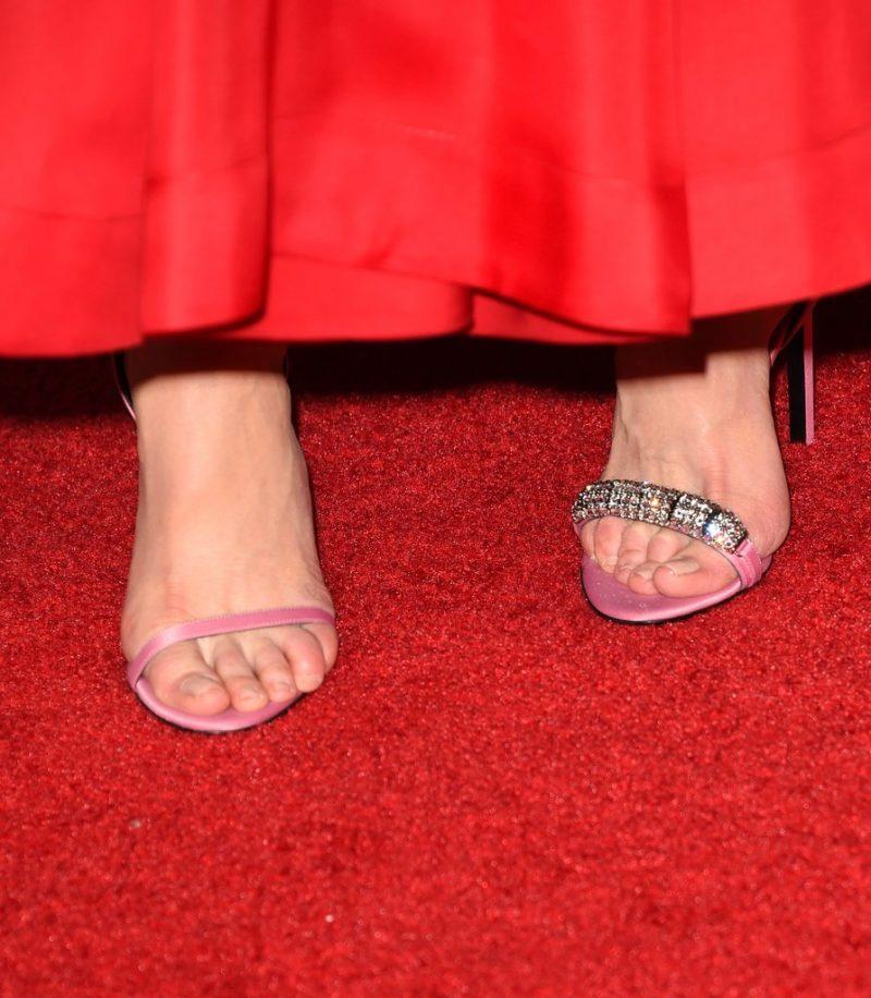 Nicole Kidman em Calvin Klein aux Emmy Awards sapatos diferentes
