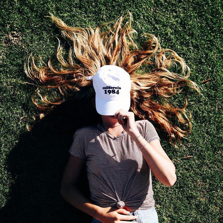 Poses para fotos sozinha estilo Tumblr fotos de cabelo no chão