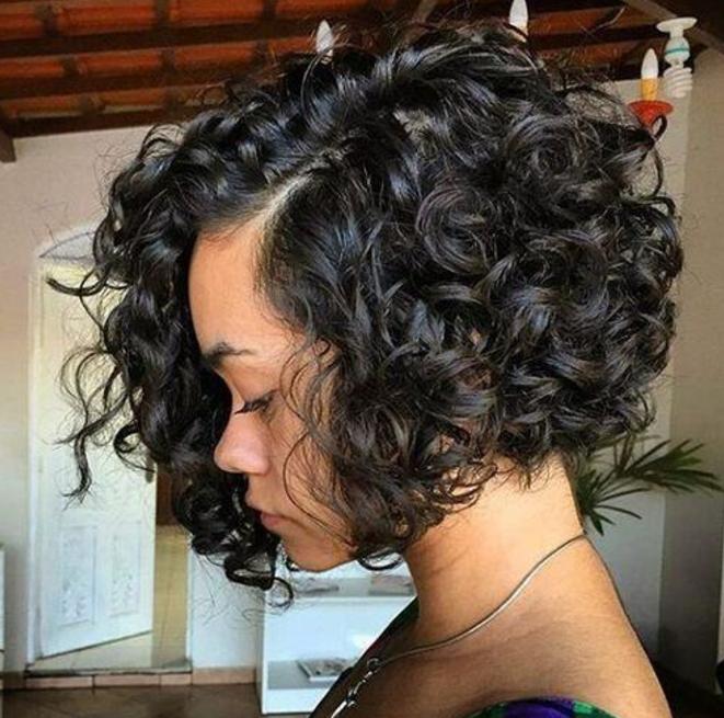 cabelo curto cacheado