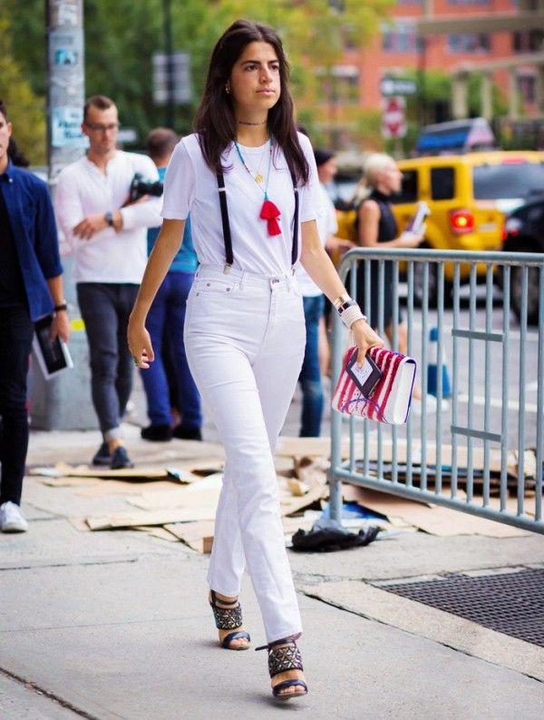 calça jeans branca com suspensório look feminino