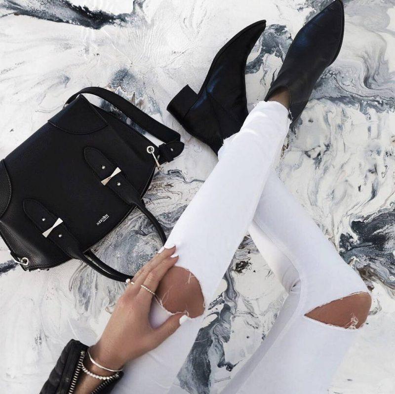 calça jeans branca rasgada no joelho e bota de cano curto
