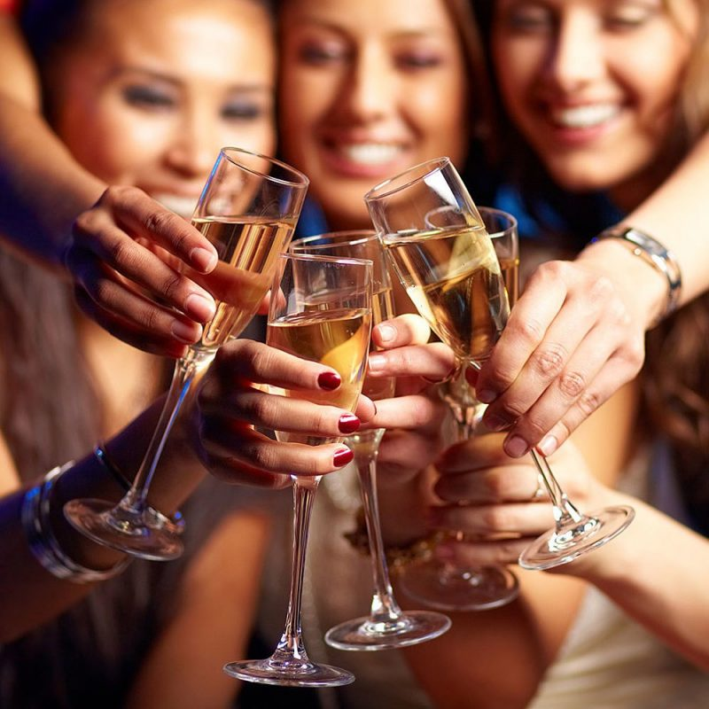 mulheres brindando com champagne