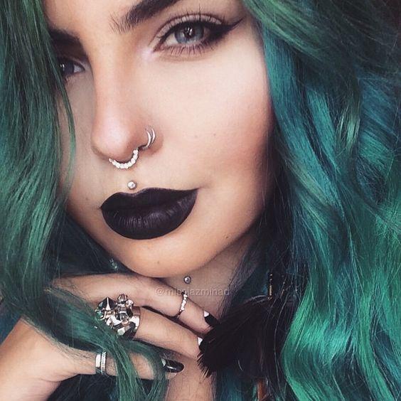 piercing no nariz septo cabelo verde e batom preto
