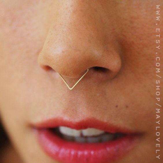 piercing no nariz septo modelo triângulo