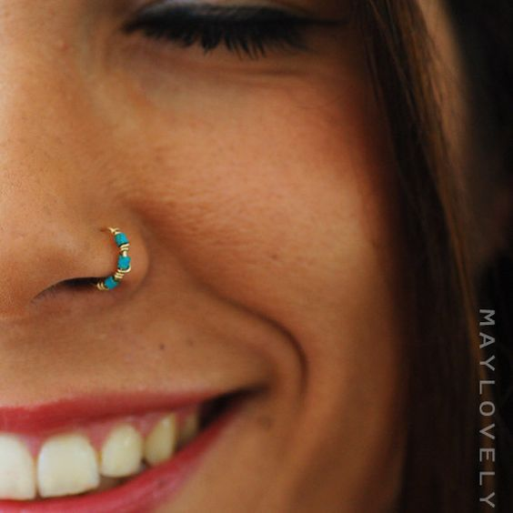 piercing nostril colorido