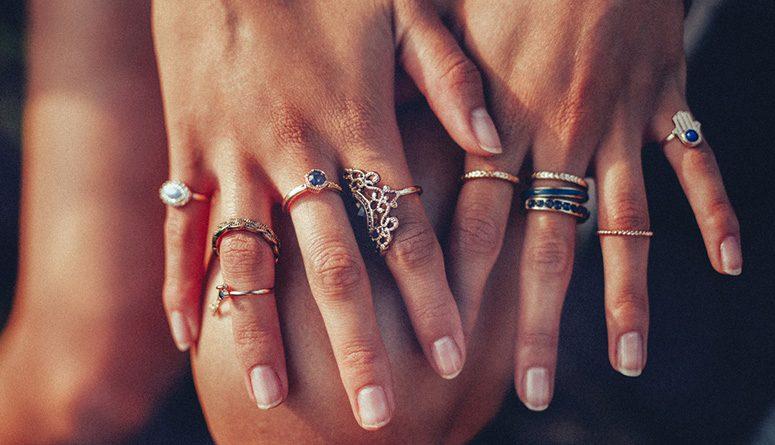 vários anéis dos dedos como limpar bijuterias