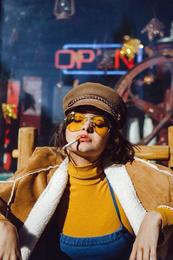 boina com aba e óculos de lente amarela
