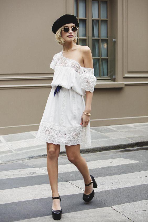 boina preta e vestido branco