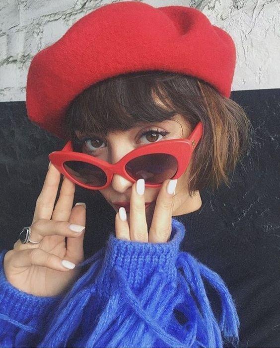 boina vermelha francesa com óculos vermelho
