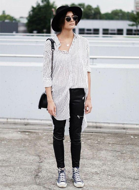 calça de couro preta, camisa listrada e all star