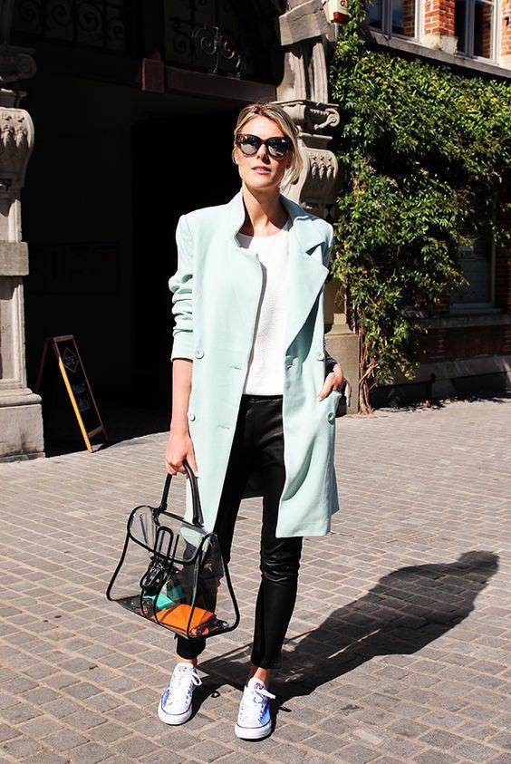 calça preta, blusa branca, casaco verde claro e all star