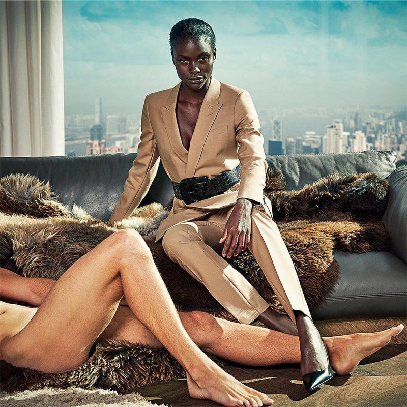 campanha retrata mulheres ao lado de homens nus