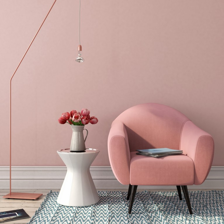 decoração com tapete poltona rosa