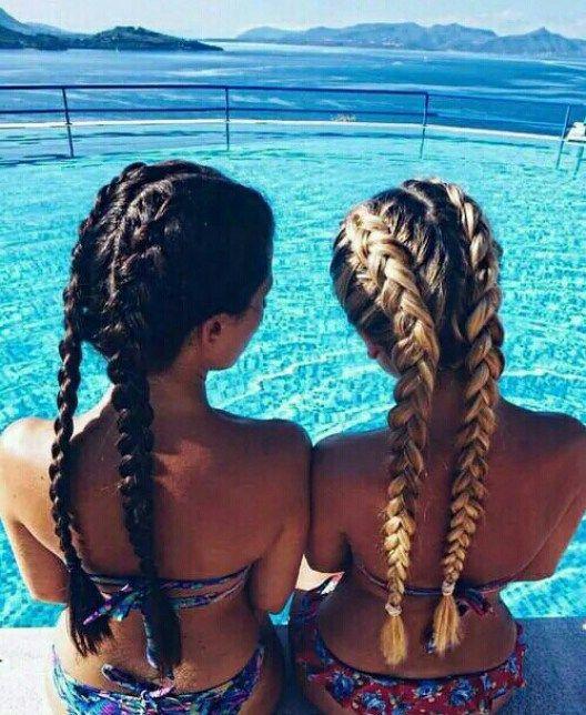 foto com amiga na piscina