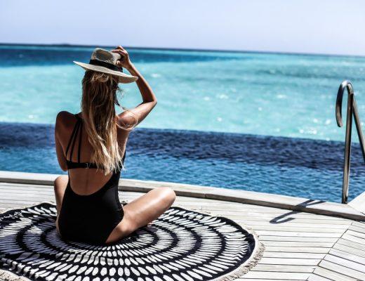 foto de mulher loira nas maldivas com maiô preto