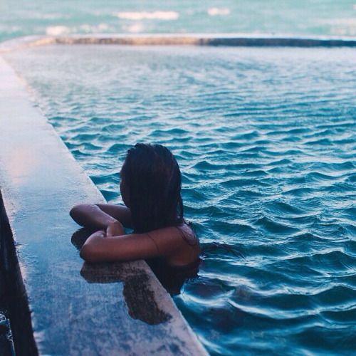 foto na borda da piscina