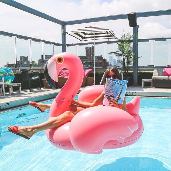 foto na piscina com bóia de flamingo
