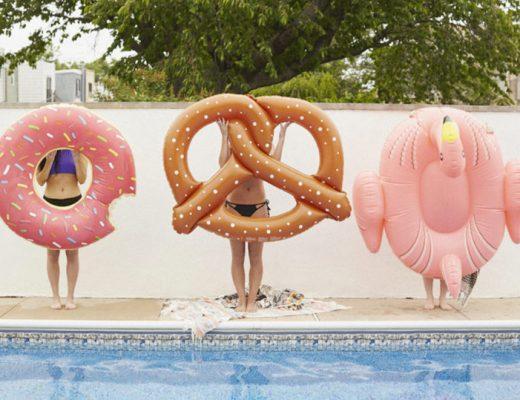 foto na piscina com bóias divertidas