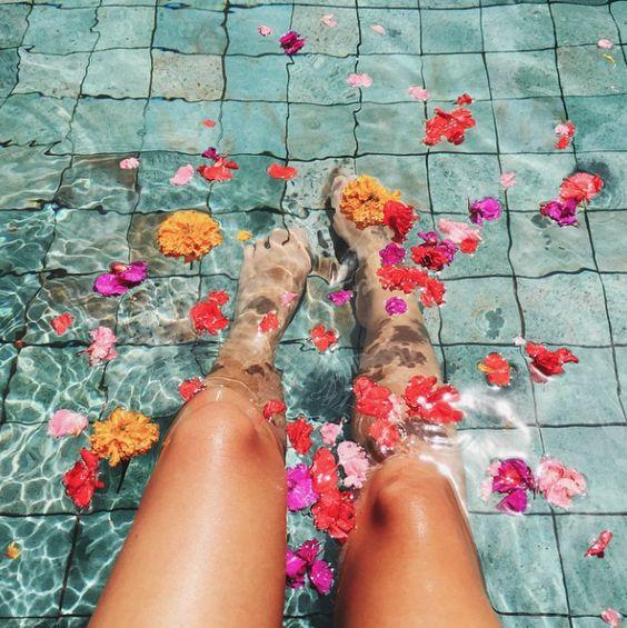 foto na piscina com flores na água