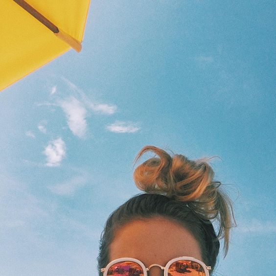 foto na piscina com guarda sol amarelo